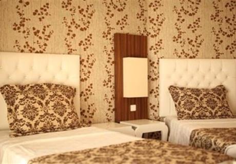 Standart odalarımız laminant parke ve halı ile kaplıdır. Rahat ve modern tasarım içerisinde şık ve ferah atmosferi ile misafirlerimizin konfor ve rahatlığı düşünülerek dekore edilmiştir. Standart odalarımızda tercihinize göre bir adet çift kişilik büyük yatak (french bed) veya iki adet tek kişilik yatak bulunmaktadır.