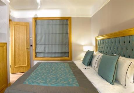 <div>Kara manzaralı 26 standart oda, her birinde ihtiyacınız olan her detay ile eksiksiz bir şekilde sizi bekliyor olacak.</div><div>28 m2 lüx odalarımızda konforu yaşayacaksınız.</div>