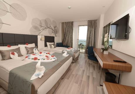 <div><br></div>Elvin Deluxe otelimiz de bulunan 197 adet standart odamızda kendinizi evinizde hissettirecek rahatlığı ve konforu bulacaksınız, 30 m2 odamızda ebeveyn için 1 adet çift kişilik büyük yatak ve yanında tek kişilik 1 adet tekli yatak bulunmaktadır. Ayrıca çocuk için 1 adet açılır koltuk mevcuttur. Standart odalarımızın büyük çoğunluğu deniz manzaralıdır.<br>