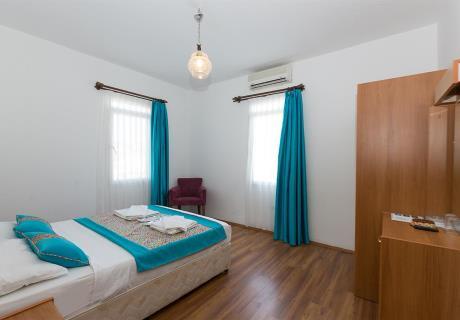<div><br></div>Standart oda (Doga Manzaralı ve Balkonlu); 1 adet çift kişilik veya 2 adet tek kişilik yataktan oluşur. İsteğe göre, odaya portatif 2 adet tek kişilik yatak eklenebilinir.