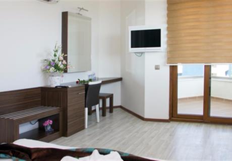 <div><br></div><div>Odamizda bir çift kişilik bir de tek kişilik yataktan oluşan 17 metrekarelik kullanım alanı bulunmaktadır<br></div>