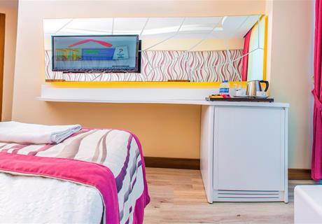 <div><br></div>Direkt deniz ve Havuz manzaralı odaların zemin laminat parke döşenmiş balkonludur. Standart odalar otelimizin çatı katında olup 1 adet çift kişilik yatak ve 1 adet tek kişilik yatak mevcuttur. Oda kapısı elektronik kartlı anahtar sistemi, laptop konulabilen elektronik şifreli kasa, direkt telefon, mini bar, split klima, duş, WC, saç kurutma makinesi, yangın ihbar sistemi, TV/uydu yayını ve müzik kanalı bulunmaktadır. Odalarımız iki büyük ve bir çocuk konaklayabilecek kapasitededir. Odanın genişliği 22m²dir.<div></div>