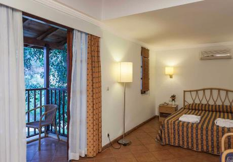 <div><br></div>Ailenizle birlikte unutulmaz bir tatil için...1 oda 1 salon şeklinde, balkonlu ve zemin laminant parke olup Ana binada yer alır.