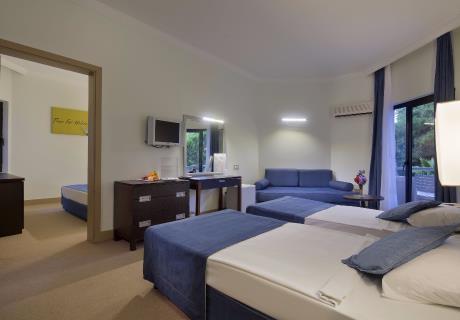 <div><br></div>228 adet Standart odalarımız, Engelli odamız (ana binada) İki adet tek kişilik veya bir çift kişilik yatak bulunmaktadir. Odaların bazıları ana bina, bazıları Club bahçe binada yer almaktadır.
