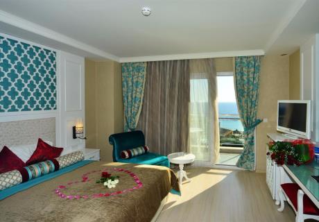 <div><br></div><div>Lüks olarak tasarlanmış: 1 çift kişilik yatak ile içinde duş ve küvet bulunan banyo ve geniş bir balkondan oluşur.<br></div>