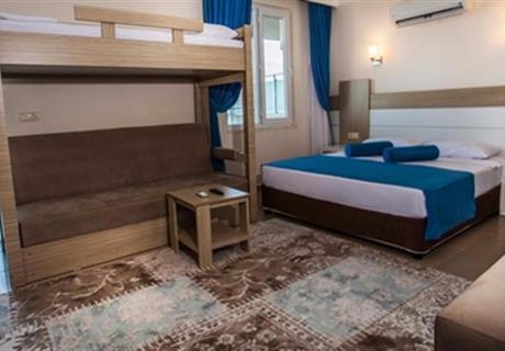 <div><br></div>Tesisimizin ön tarafında bulunan odalardır. Deniz ve havuz manzarasına sahiptir. Bu odalarımızda bir adet 150 x 200 ebadında çift kişilik yatak, bir tek kişilik yatak olabilen koltuk bulunmaktadır. Yine bu odalarımızda tv, mini bar, safe kasası, klima, saç kurutma makinesi, direk telefon bulunmaktadır. Bu odalarımızda ek yataksız 3 misafirimiz ağırlanabilmektedir.
