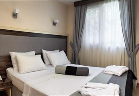 <div><br></div>15 metrekarelik Standart oda; 1 adet çift kişilik yatak ve yatağa dönüşebilen 1 adet koltuktan oluşur.