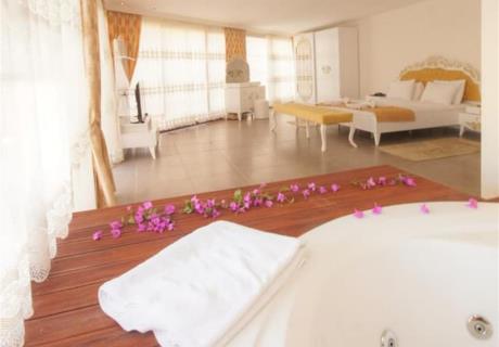 Ekonomik Odalar; .Balkonsuz bahçe katlı odalardır. Odalarda çift kişilik tek yatak, tek kişilik tek yatak ve 1 adet açılabilir koltuk bulunuyor..