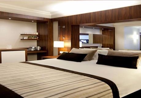 Odalarımızda 1 çift kişilik yatak + 1 tek yatak vardır. Bu odalarımız 3 kişilik ailelerimiz için uygun oda tiplerindendir.