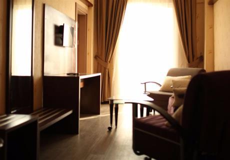 <div><br></div><div>1 adet çift kişilik ve 1 adet tek kişilik yataktan oluşur ve birinci kattadır. İsteğe göre, odaya bebek yatağı da konulab<br></div>
