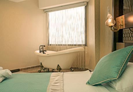 <div><br></div><div>Çocuklarınızın yanınızda mı olmasını istiyorsunuz... İçerisinde Ranza bulunan Flora standart odalarımız tam size göre...</div><div>Yaklaşık 53 farklı bitki çeşidinin bulunduğu flora içerisinde yer alan, 1 yatak odası, 1 banyo ve balkonuyla tatil anlayışınızı bambaşka bir boyuta taşıyacak olan Flora odalarında, doğanın konforla buluştuğu bir deneyim sizi bekliyor.</div>