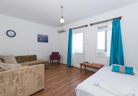 """<div><br></div>S<span style=""""background-color: initial;"""">tandart oda (Deniz Manzaralı ve Balkonlu); 1 adet çift kişilik veya 2 adet tek kişilik yataktan oluşur. İsteğe göre, odaya portatif 2 adet tek kişilik yatak eklenebilinir.</span>"""