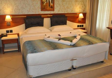 Geniş ve ferah Teos Odamızda şıklık ve konforu bir arada yaşama imkânı sunduğumuz standart oda tipinde 26 m² net kullanım...